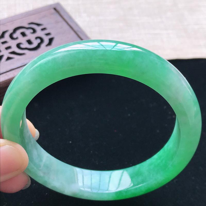正圈:56.7。天然翡翠A货。老坑糯化种飘绿手镯。色泽鲜艳,佩戴高贵优雅。尺寸:56.7*12.3*