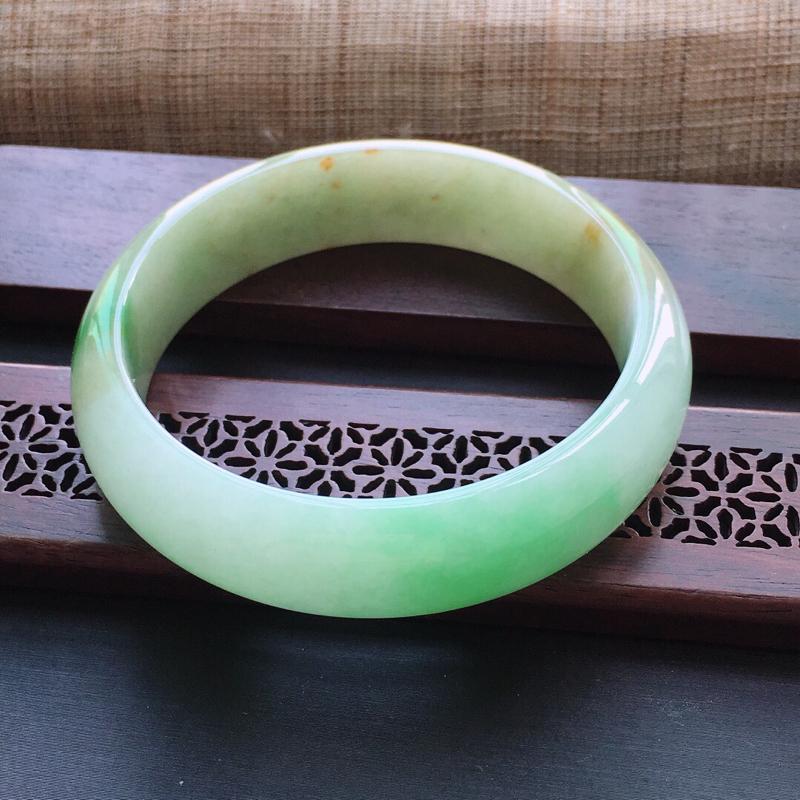 糯种黄加绿正圈手镯,圈口:55mm  尺寸:15×7mm  天然翡翠A货玉质细腻精雕细雕手镯, 颜色