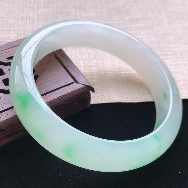 正圈:57.6。天然翡翠A货。老坑冰糯种飘绿手镯。玉质莹润,佩戴高贵优雅。尺寸:57.6*14*8m
