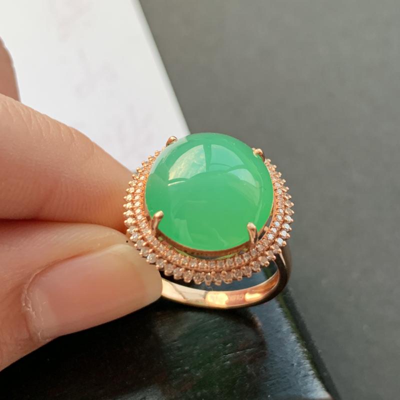 满绿18K金镶嵌蛋面戒指,种好,玉质细腻,色彩迷人,水头饱满,形体漂亮,有种有色,水润精致,上手效果