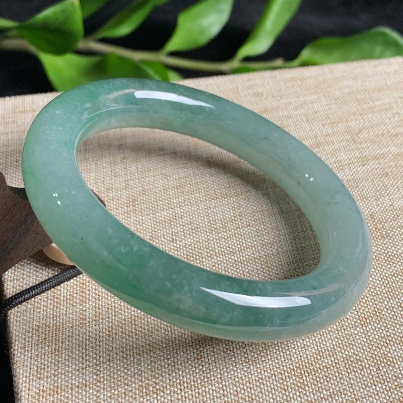天然A货翡翠_飘绿翡翠圆条手镯54mm,料子细腻,色彩迷人,水润秀气,条形圆润大方,上手效果好