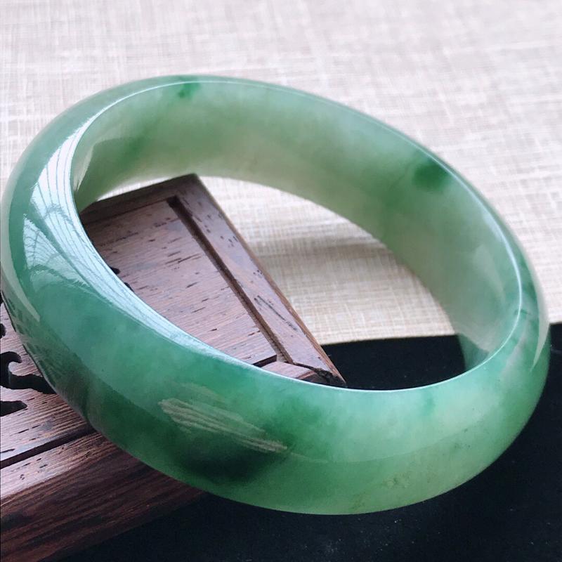 正圈:55.8。天然翡翠A货。老坑糯种飘花轮胎手镯。玉质莹润,佩戴奢华优雅。尺寸:55.8*17*8