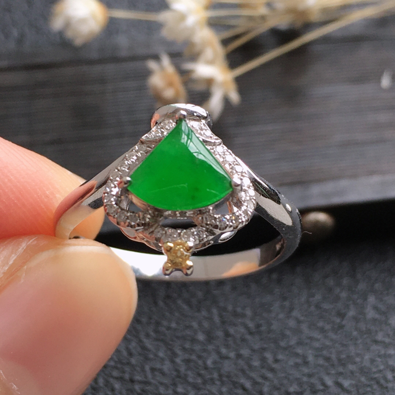 精品翡翠18K伴钻戒指,雕工精美,玉质莹润,尺寸:内径:16.2MM,玉:6.85*6.4*2.5M