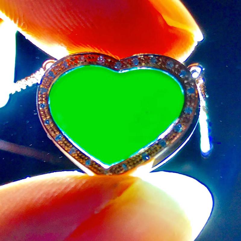 墨翠【爱心项链】完美无裂纹,18K+南非钻镶嵌,细腻干净,黑度极黑,性价比高,雕工精湛,打灯透绿 整