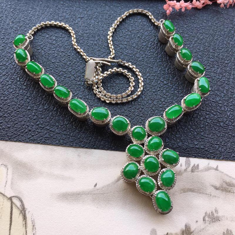 缅甸翡翠伴钻镶嵌浅绿蛋面项链(铜托),颜色好,玉质细腻,雕工精美,佩戴送礼佳品,包金尺寸:10.3*