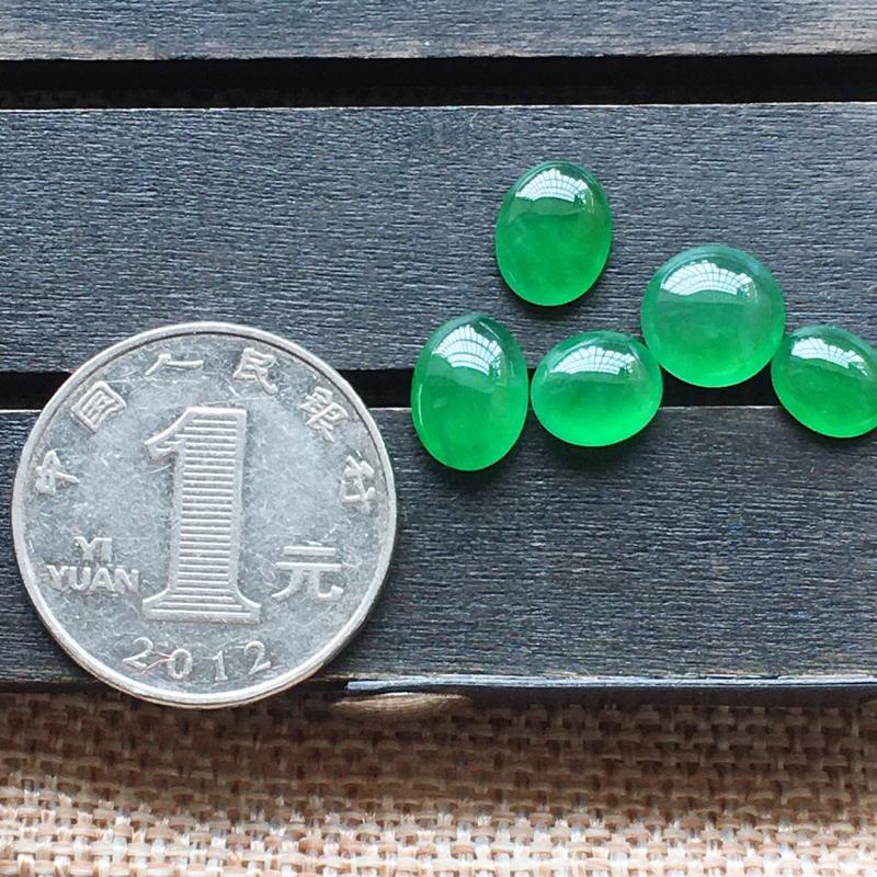 【自然光实拍,缅甸a货翡翠,冰种满绿蛋面5件,种好玉质细腻,胶感好,饱满,雕工精细,品质佳,镶嵌佳品。 尺寸:8.5*7.4*4.4mm9.3*4.2mm10.4*7.5*3.8mm8.2*6.7*3.1mm】图6
