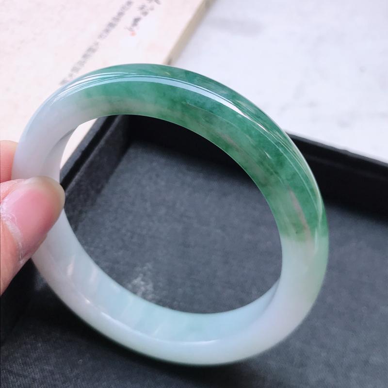 正圈58.6,缅甸天然翡翠好种手镯,尺寸 :58.6*12.2*8.5 ,玉质细腻水润 ,飘绿 ,条