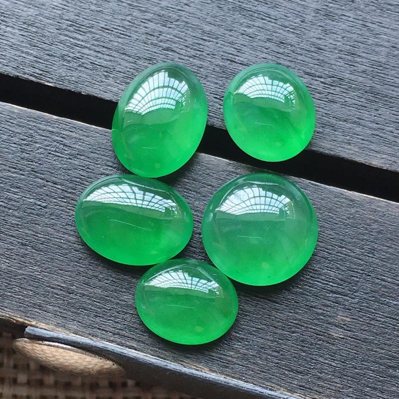 【自然光实拍,缅甸a货翡翠,冰种满绿蛋面5件,种好玉质细腻,胶感好,饱满,雕工精细,品质佳,镶嵌佳品。 尺寸:8.5*7.4*4.4mm9.3*4.2mm10.4*7.5*3.8mm8.2*6.7*3.1mm】图2