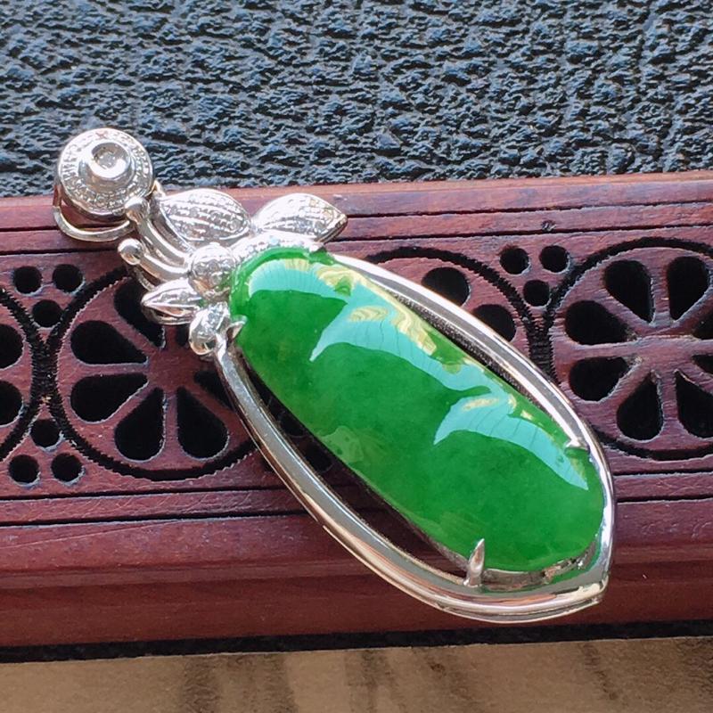 缅甸翡翠18k金伴钻镶嵌满绿发财豆吊坠,自然光实拍,颜色漂亮,玉质莹润,佩戴佳品,包金尺寸:37.5