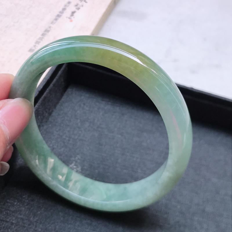正圈61.8,缅甸天然翡翠好种手镯,尺寸 : 61.8*13.4*7.7,玉质细腻水润 ,晴绿飘黄翡
