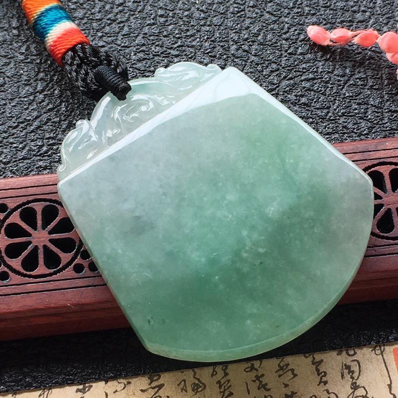 缅甸翡翠素面牌吊坠,自然光实拍,颜色漂亮,玉质莹润,佩戴佳品,尺寸:48*40.5*5mm,重29.