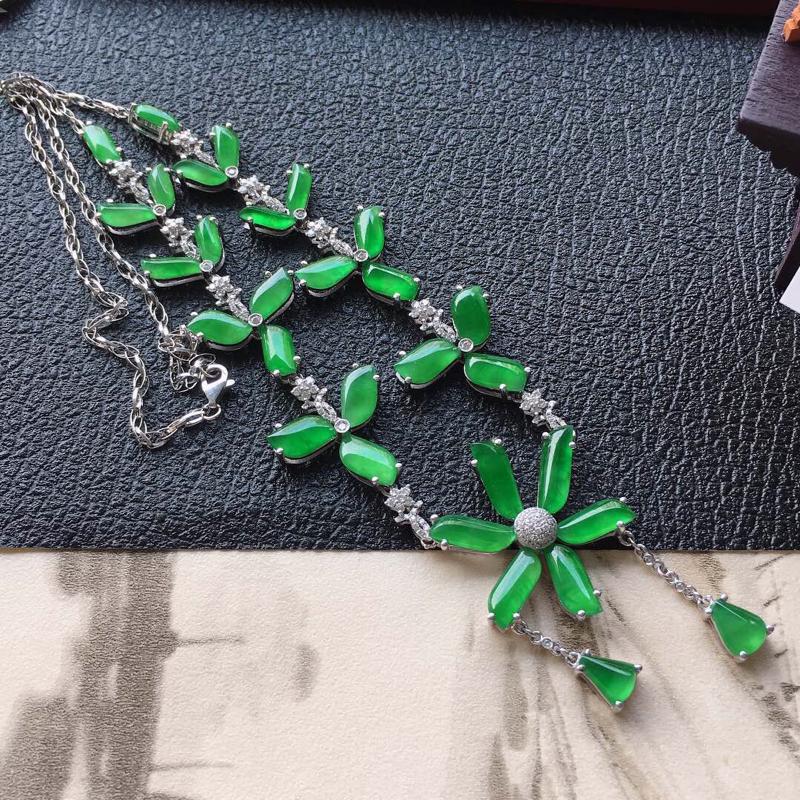 缅甸翡翠18K金伴钻镶嵌满绿项链,颜色好,玉质细腻,雕工精美,佩戴送礼佳品,包金尺寸: 29.4*2