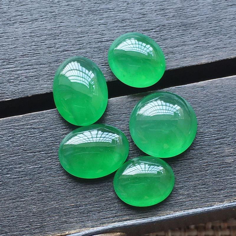 【自然光实拍,缅甸a货翡翠,冰种满绿蛋面5件,种好玉质细腻,胶感好,饱满,雕工精细,品质佳,镶嵌佳品。 尺寸:8.5*7.4*4.4mm9.3*4.2mm10.4*7.5*3.8mm8.2*6.7*3.1mm】图3