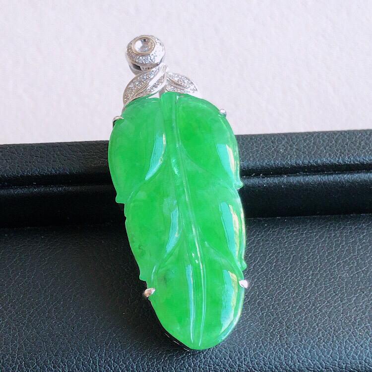 18k金伴钻镶嵌,天然缅甸老坑A货阳绿翡翠叶子吊坠,料子细腻柔洁,