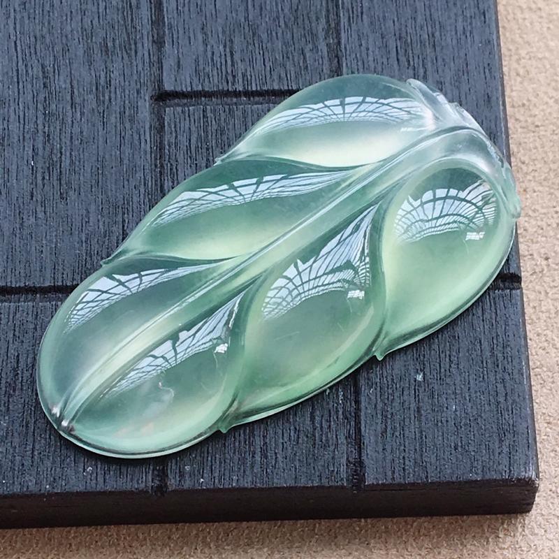 自然光实拍,缅甸a货翡翠,冰种晴绿玉叶,种好通透,起荧光,底色漂亮,玉质莹润,形体好