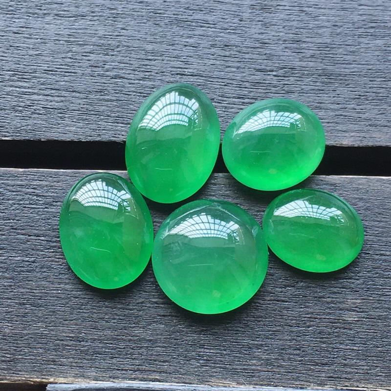 【自然光实拍,缅甸a货翡翠,冰种满绿蛋面5件,种好玉质细腻,胶感好,饱满,雕工精细,品质佳,镶嵌佳品。 尺寸:8.5*7.4*4.4mm9.3*4.2mm10.4*7.5*3.8mm8.2*6.7*3.1mm】图4