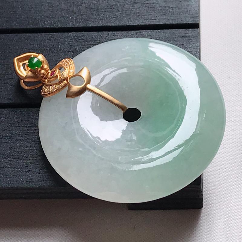 翡翠A货,18K金镶嵌冰糯种淡绿平安扣吊坠,玉质细腻,底色漂亮,上身高贵,尺寸连金48.9,裸石39