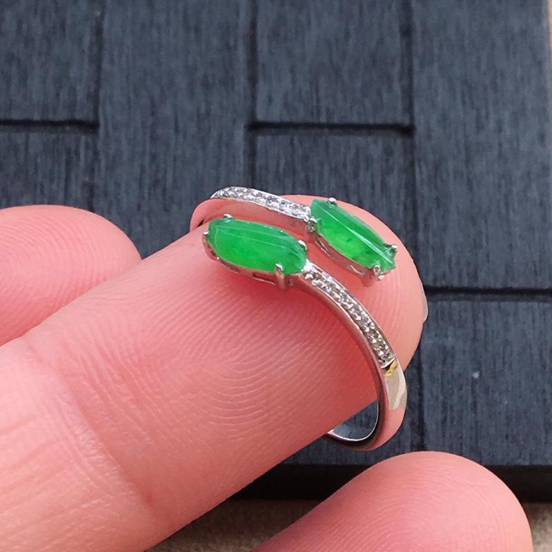 【自然光实拍,缅甸a货翡翠,绿随行形18k伴钻戒指,种好水润,颜色艳丽,款式漂亮,佩戴佳品】图5