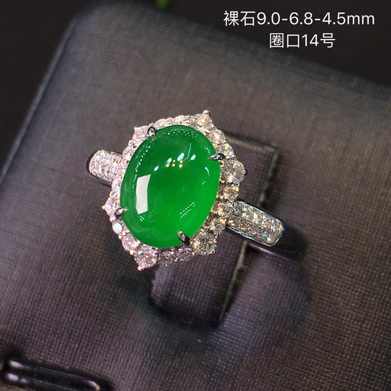 冰种正阳绿色女款戒指,水头好,颜色十分翠艳靓丽,蛋面饱满,款式时尚大气,经典百搭,18k白金重金豪华