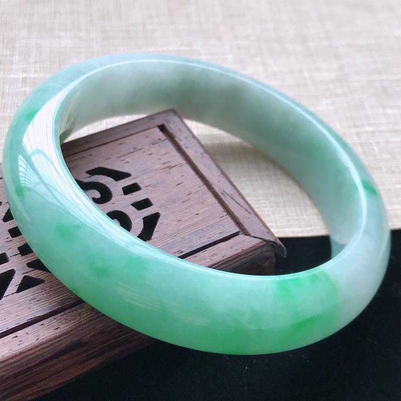 正圈:59。天然翡翠A货。老坑糯种飘绿手镯。玉质莹润,佩戴奢华优雅。尺寸:59*14.5*9mm