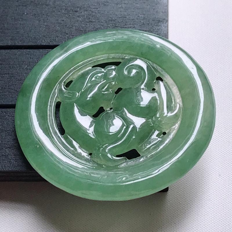 翡翠A货,冰糯种满绿精美貔貅牌吊坠,玉质细腻,底色漂亮,上身高贵,尺寸52.5/52.5/5.5