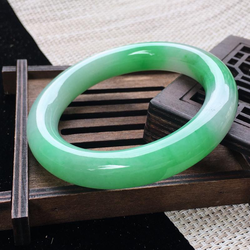 圈口:55,天然翡翠A货—阳绿莹润圆条手镯,尺寸:55.2/12.2/11.3,纹 绿意