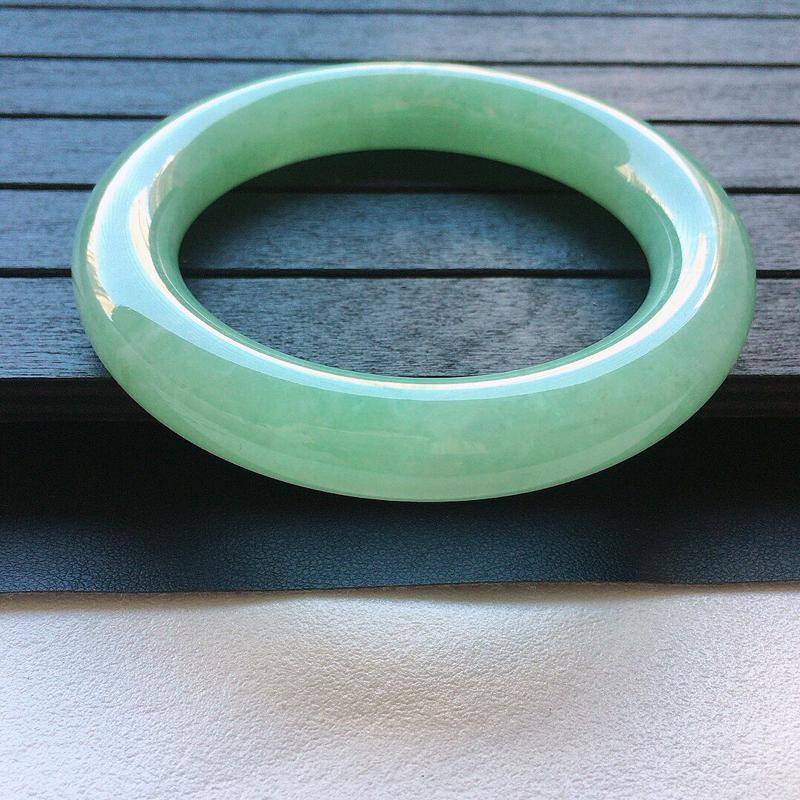 缅甸翡翠57圈口带绿圆条手镯,自然光实拍,颜色漂亮,玉质莹润,佩戴佳品,尺寸:57.4*12.2*1