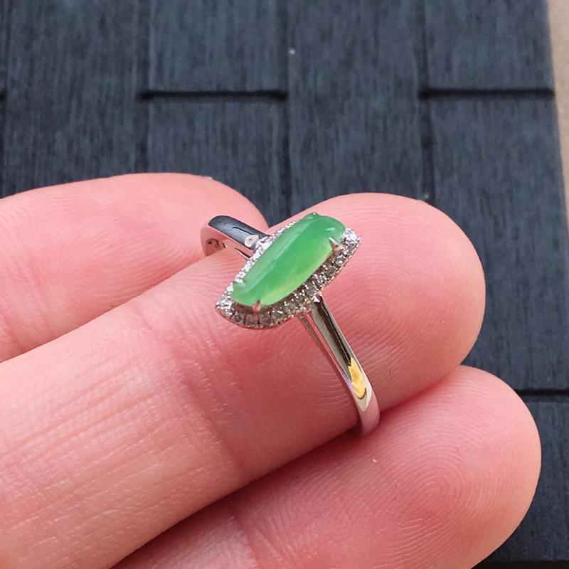 【自然光实拍,缅甸a货翡翠,甜绿随形18k伴钻戒指,种好细腻,颜色漂亮,佩戴佳品】图4