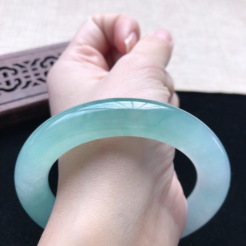 圆条:55.7。天然翡翠A货。老坑冰种飘绿圆条手镯。水润起胶感,佩戴高贵优雅。尺寸:55.7*11.