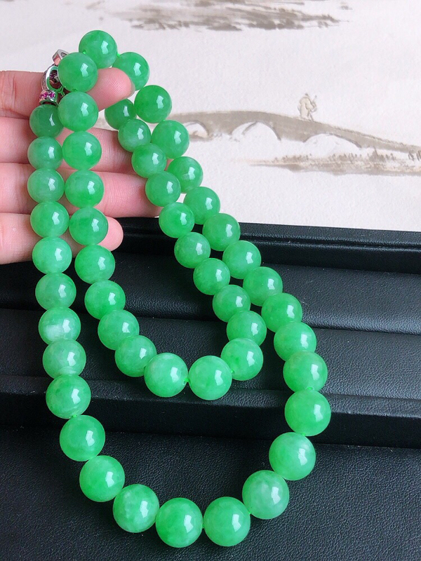 天然缅甸老坑翡翠A货阳绿圆珠子项链,料子细腻柔洁,尺寸珠子直径取大12mm,取小10mm,珠子总数6