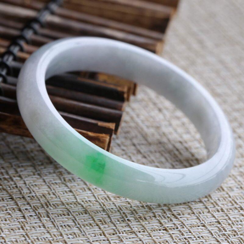 糯种翡翠手镯,圆润厚实,亮丽秀气,上手佩戴效果高贵优雅,尺寸54.6*10.7*7.1mm,手镯的