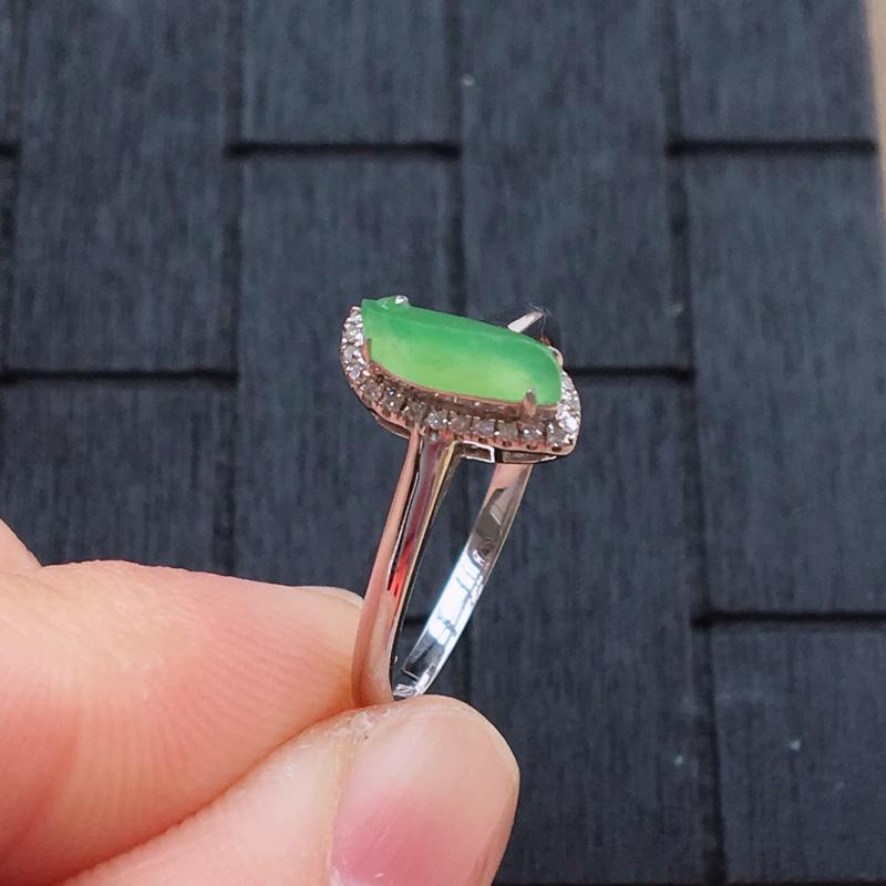 自然光实拍,缅甸a货翡翠,甜绿随形18k伴钻戒指,种好细腻,颜色漂亮,佩戴佳品