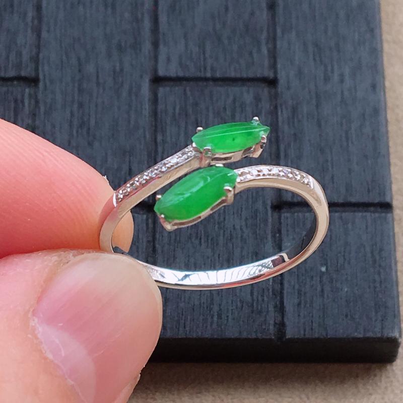 自然光实拍,缅甸a货翡翠,绿随行形18k伴钻戒指,种好水润,颜色艳丽,款式漂亮,佩戴佳品