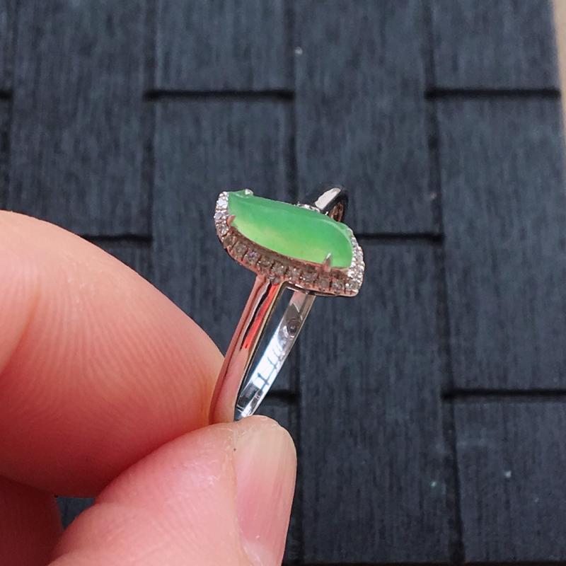【自然光实拍,缅甸a货翡翠,甜绿随形18k伴钻戒指,种好细腻,颜色漂亮,佩戴佳品】图2