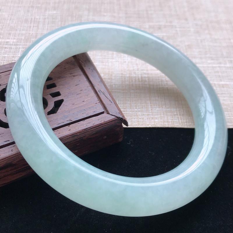 圆条:57.6。天然翡翠A货。老坑糯化种飘绿圆条手镯。玉质莹润,佩戴清秀优雅。尺寸:57.6*11.