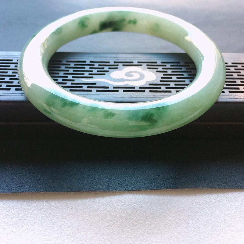 缅甸翡翠56圈口飘花圆条手镯,自然光实拍,颜色漂亮,玉质莹润,佩戴佳品,尺寸:56.3*10.4*1
