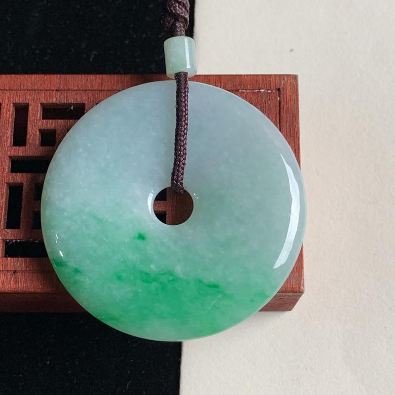 天然A货翡翠_飘绿翡翠平安扣吊坠,尺寸49.3*6.6mm,料子细腻,色彩迷人,色阳青翠,佩戴效果好