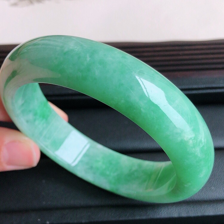 【圈口 58mm,天然缅甸老坑翡翠A货绿色宽边手镯 ,料子细腻柔洁,尺寸58/15/9mm ,重量77g。##**】图8