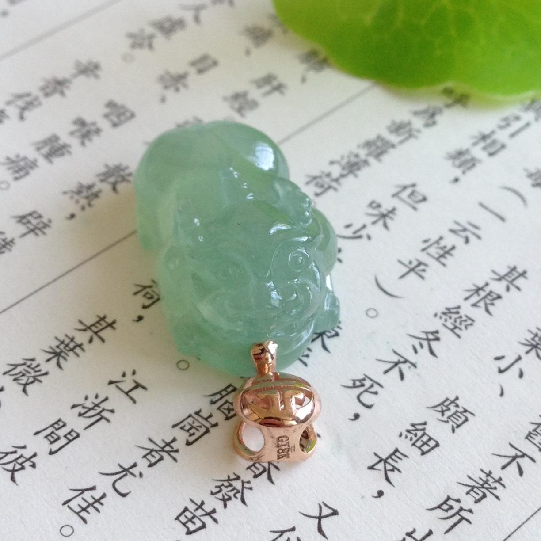 冰糯淡绿貔貅吊坠 裸石尺寸:20.8-13-9.2mm整体尺寸;28-13-9.2mm重量:5.21