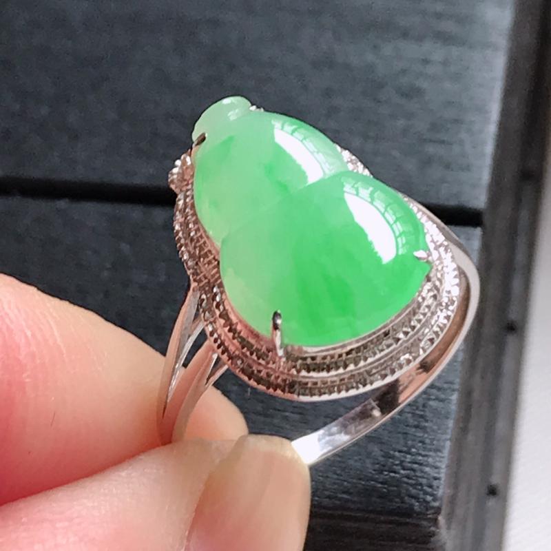 翡翠A货,18K金镶嵌糯化种飘阳绿精美葫芦戒指,玉质细腻,底色漂亮,上身高贵,尺寸内径17.1,裸石