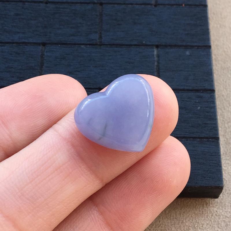 自然光实拍,缅甸a货翡翠,紫罗兰心形戒面,种好水润,颜色艳丽,玉质细腻,镶嵌效果好