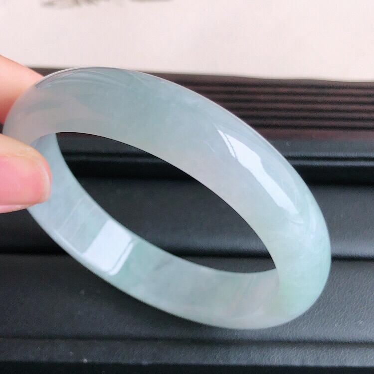 圈口57mm ,天然缅甸老坑翡翠A货浅绿宽边手镯 ,料子细腻柔洁,尺寸57/13.5/7.5mm ,