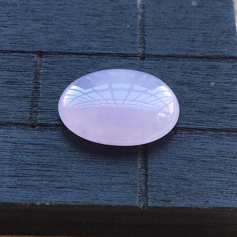 自然光实拍,缅甸a货翡翠,紫罗兰蛋面,种好水润,颜色艳丽,玉质莹润,形体好
