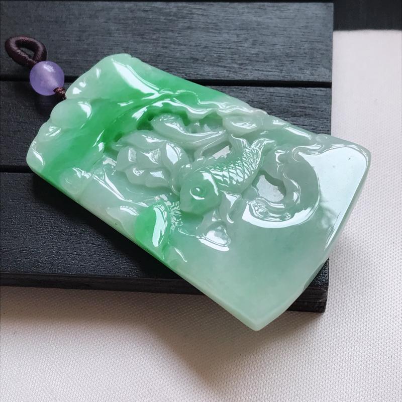 翡翠A货,糯种飘绿精美荷叶鱼吊坠,玉质细腻,底色漂亮,上身高贵,尺寸55.5/36.1/5.1,顶珠