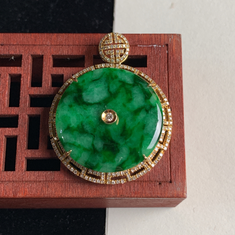 天然A货翡翠_18k金伴钻镶嵌满绿翡翠平安扣吊坠,整体尺寸39.5*31*6.6mm,裸石尺寸26.