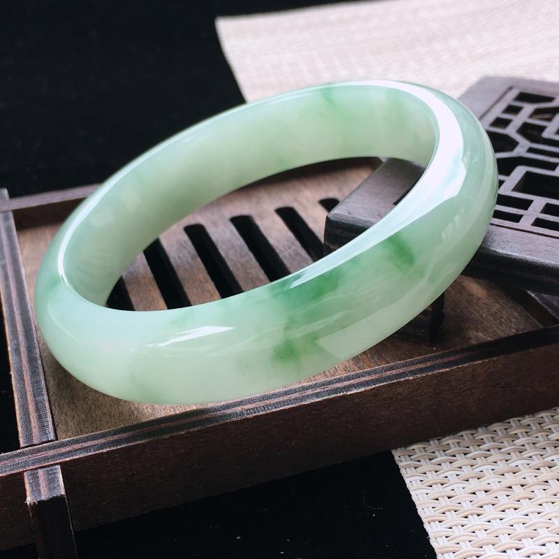 圈口:60-61,天然翡翠A货—飘绿莹润宽边正圈手镯,尺寸:60.6/14.3/7.7,