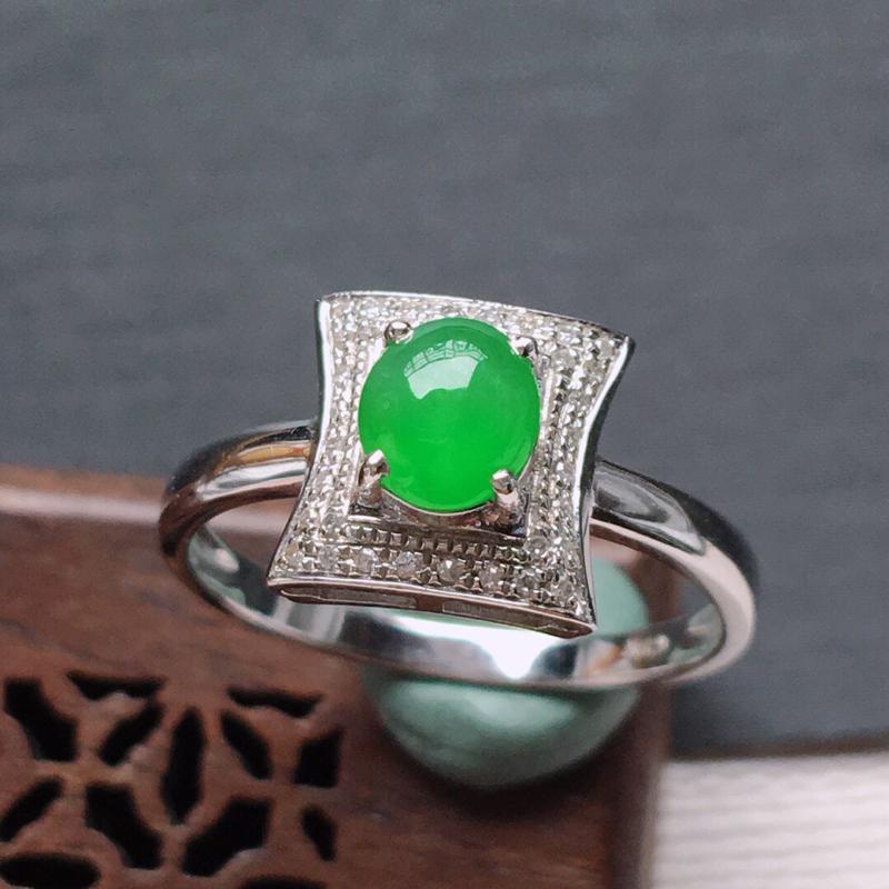 18k金镶嵌围钻冰糯种满绿蛋形戒指,料子细腻,雕工精美,颜色漂亮,