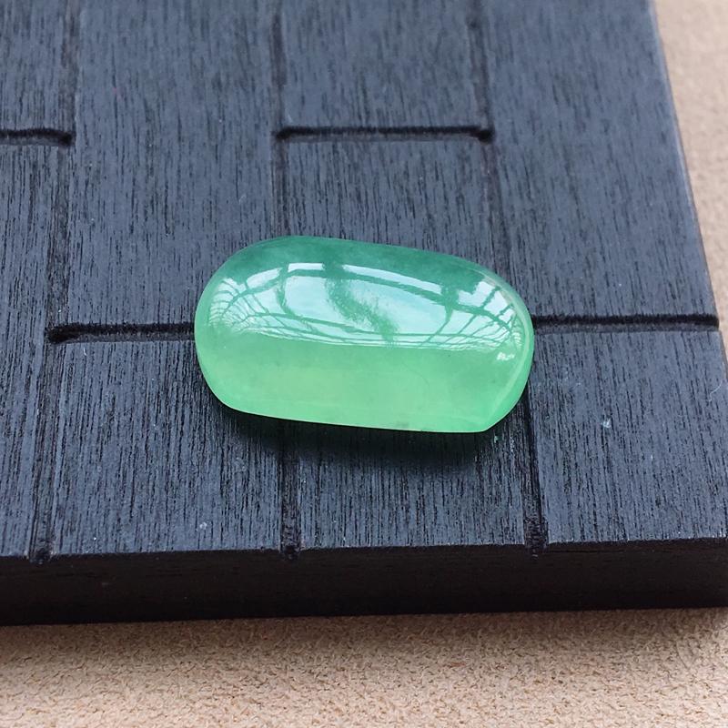 自然光实拍,缅甸a货翡翠,满绿马鞍,种好水润,玉质细腻,颜色漂亮,镶嵌效果好