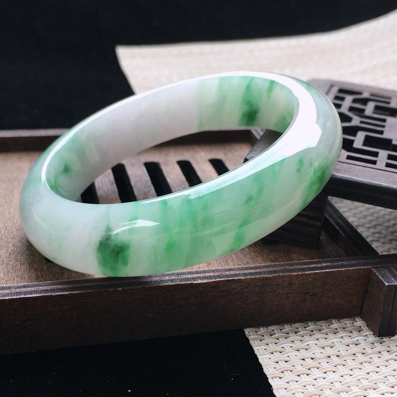 圈口:55-56,天然翡翠A货—飘绿莹润宽边正圈手镯,尺寸:55.5/14.3/9,纹