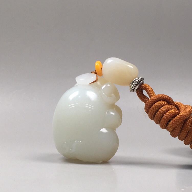 【苏工精品 【福猪·祝福】43.5克 新疆且末,红糖白肉,苏工雕刻,可爱精细。玉质油润,肥美胖乎乎,越看越爱。规格34*29.6*25mm##**】图6